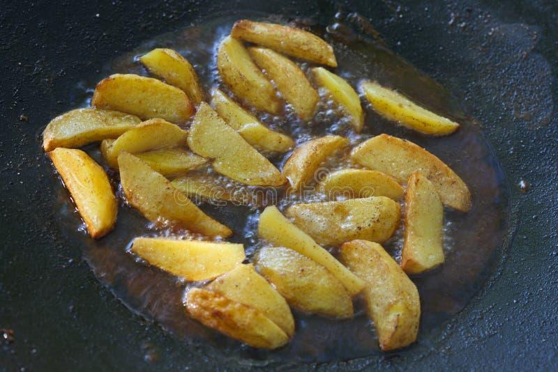 Frittura delle patate in ad immersione immagini stock libere da diritti