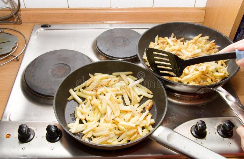 Frittura delle patate su due vaschette fotografia stock libera da diritti