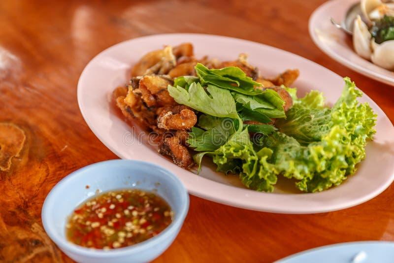 Frittura di pesce asiatica deliziosa servita fotografia stock