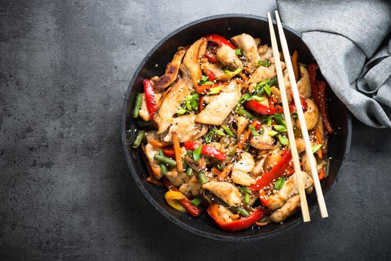 Frittura di scalpore del pollo con le verdure fotografie stock