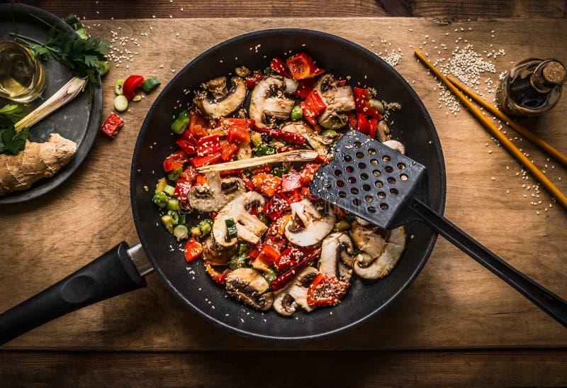 Frittura di scalpore del vegano in vaso su fondo di legno, vista superiore Chopped ha arrostito le verdure in padella Alimento as immagini stock libere da diritti