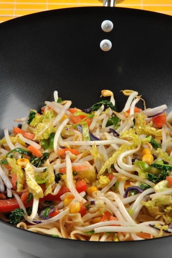 frittura di stir con olio in un wok fotografia stock