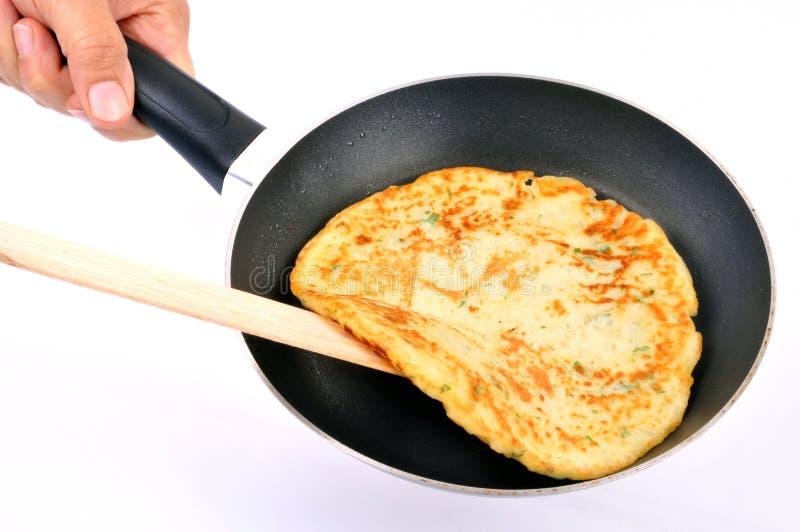 Frittura in padella del pancake casalingo sul fondo bianco fotografie stock libere da diritti