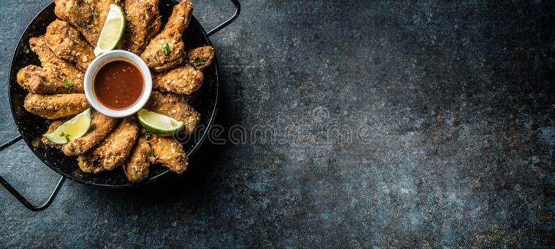 Fritture della calce e della patata della salsa di peperoncino rosso delle ali di pollo fritto immagini stock libere da diritti