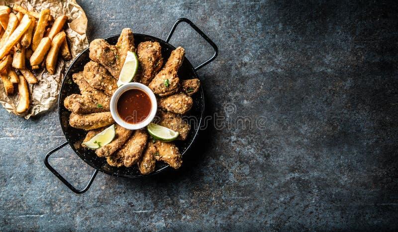 Fritture della calce e della patata della salsa di peperoncino rosso delle ali di pollo fritto fotografia stock libera da diritti