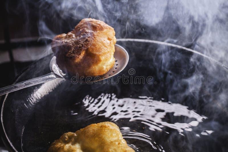 Friture de beignets sur la poêle photos libres de droits