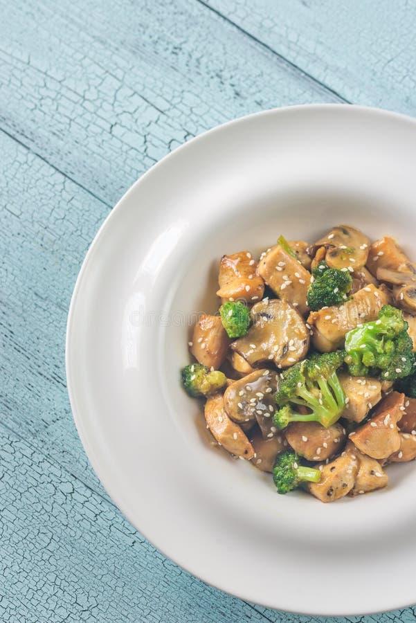 Friture de stir de poulet et de broccoli images stock