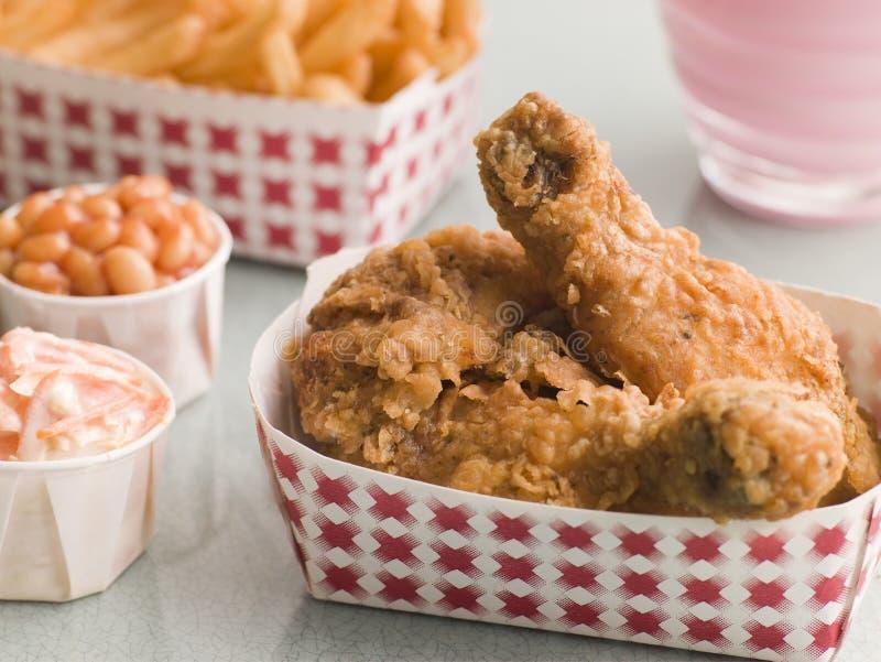 Fritures d'haricots cuites au four par salade de choux méridionale de poulet frit photographie stock