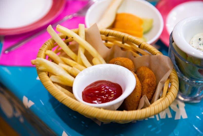 Fritures et ketchup sur la table images stock