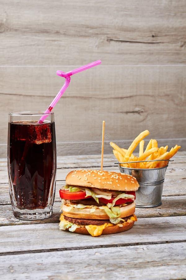 Fritures seau et boisson de kola images libres de droits