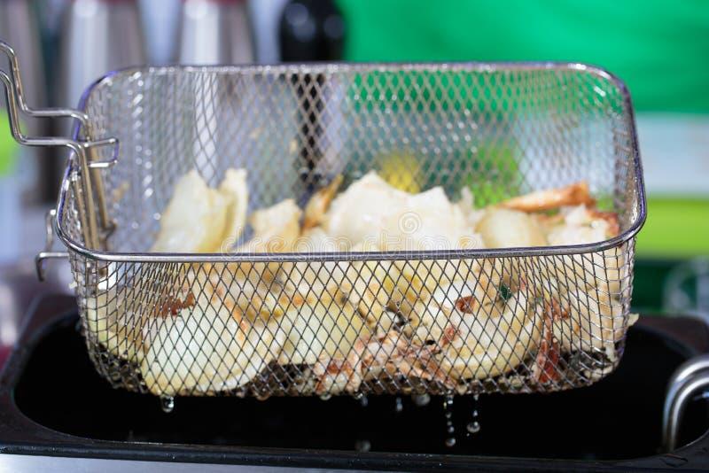 Frituurpan met voedsel royalty-vrije stock afbeeldingen