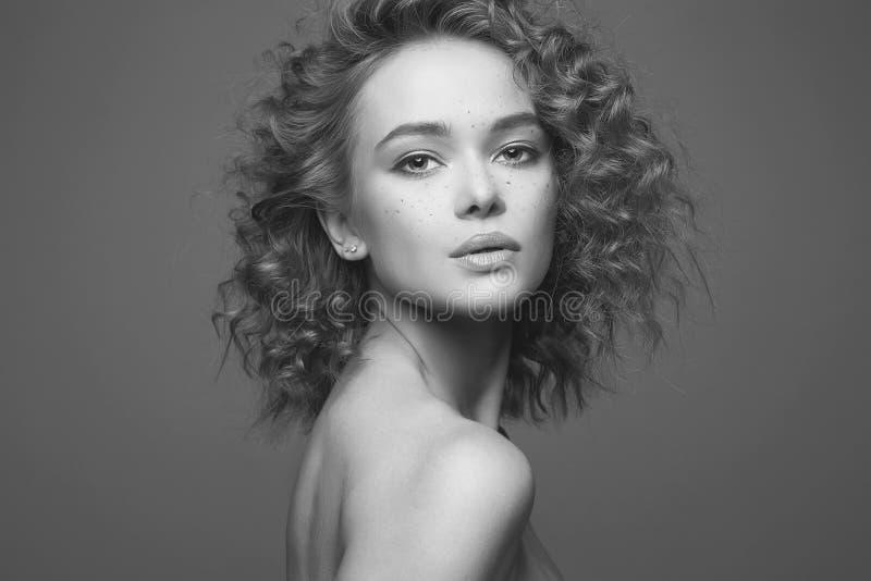 Frizzle женщина волос красивая черно-белый портрет стоковые изображения