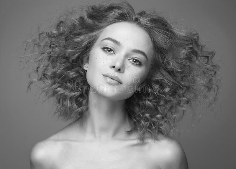 Frizzle женщина волос красивая черно-белый портрет стоковое фото