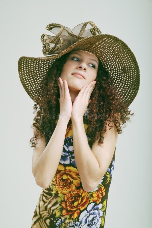 Frizzy Mädchen in einem Hut. stockfoto