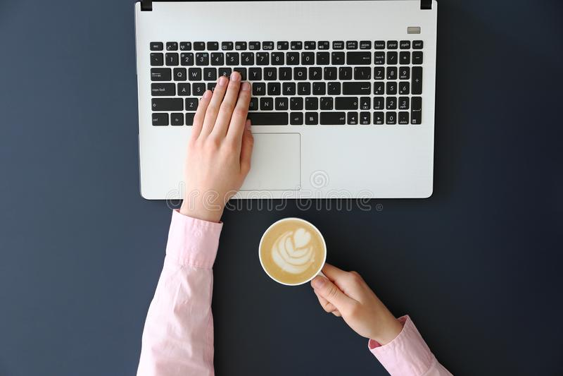 frmale手顶视图在膝上型计算机键盘的 免版税库存图片