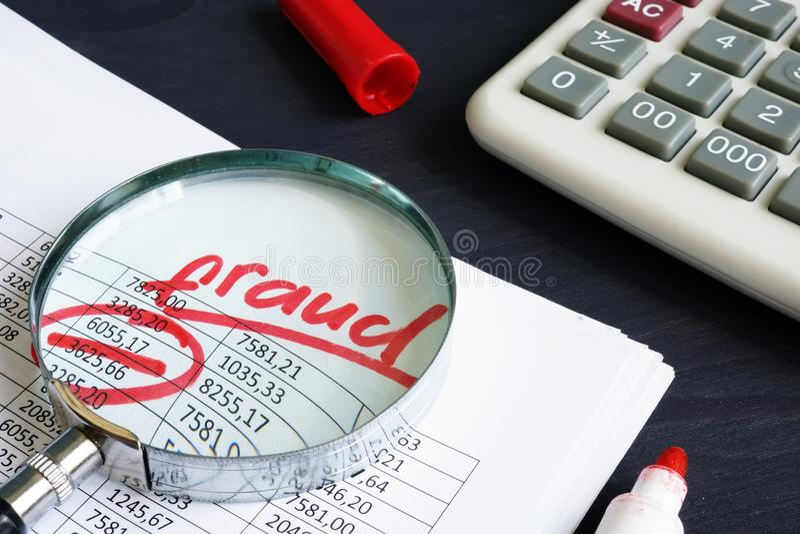 Frode di imposte o finanziaria Relazione di attività e lente d'ingrandimento fotografie stock