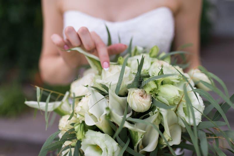Frodig brud- bukett med vita blommor och mycket grönska Rörande bröllopbukett för brud bröllop royaltyfria foton