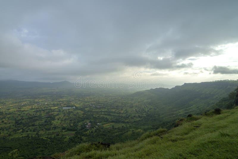 Frodig sikt för grön dal som ses från den Kaas platån, Satara, Maharashtra, Indien fotografering för bildbyråer