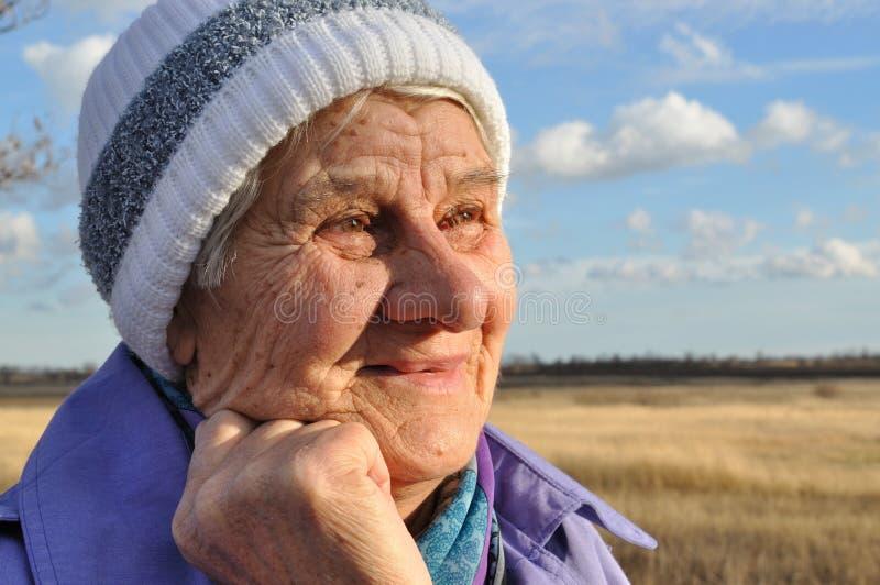 Froh, eine ältere Frau stockbilder