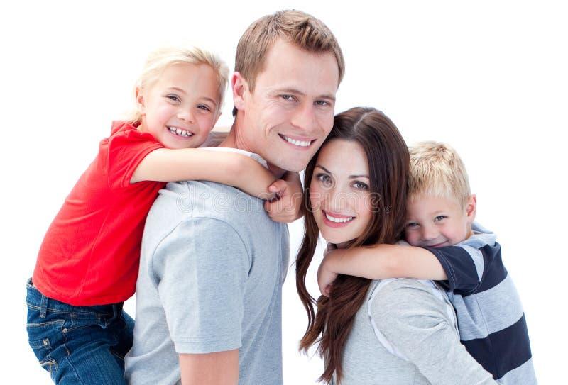 Frohe Familie, die piggyback Fahrt genießt lizenzfreie stockfotografie