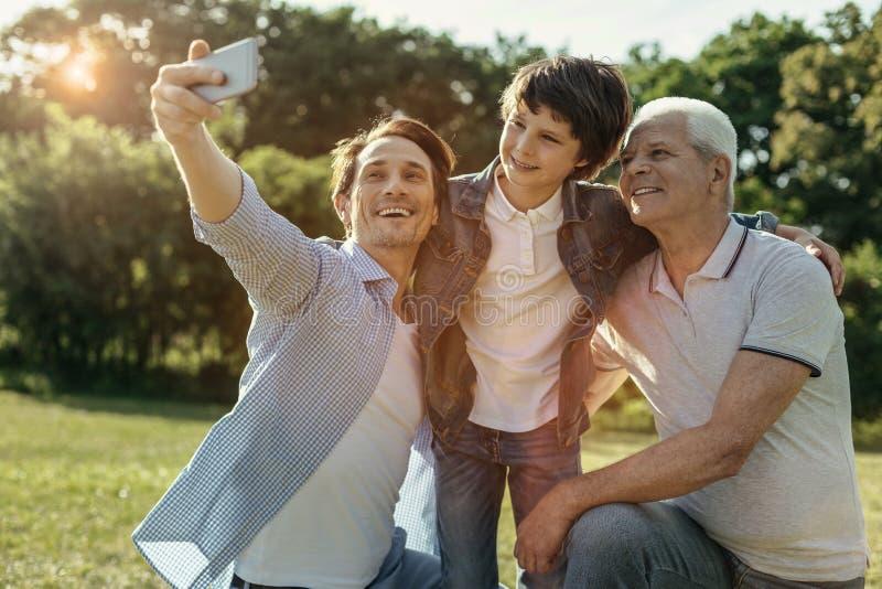 Frohe Familie, die selfie und das Lächeln nimmt lizenzfreies stockbild