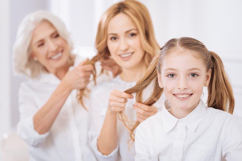 Frohe Familienmitglieder, die zusammen zu Hause stillstehen stockfoto