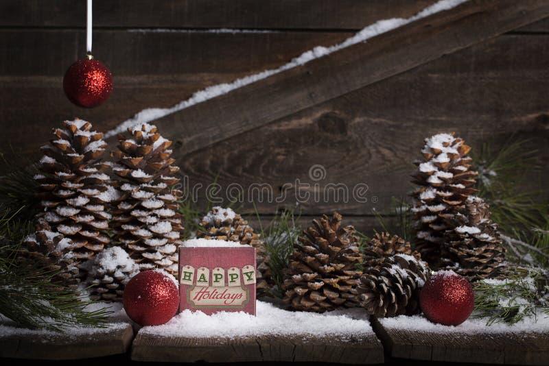 Frohe Feiertage auf Weinlese-Kasten lizenzfreie stockfotografie