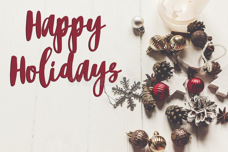 Frohe Feiertage Text, Saisongrußkartenzeichen Fröhliches Christm lizenzfreie stockbilder