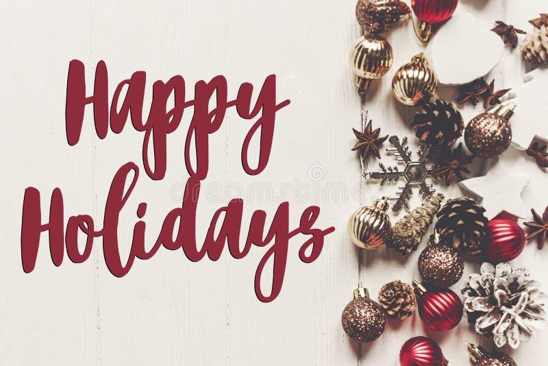 Frohe Feiertage Text, Saisongrußkartenzeichen modernes orname lizenzfreie stockfotos