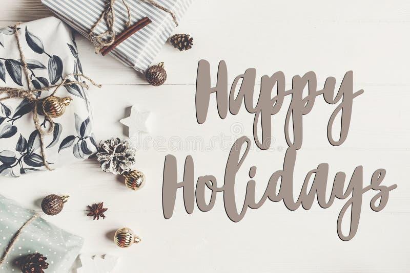 Frohe Feiertage Text, Saisongrußkartenzeichen stilvoller Modus stockbilder