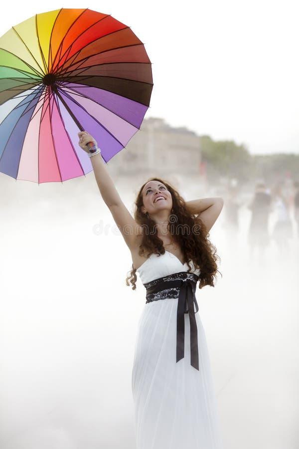Frohe Frau Im Nebel Lizenzfreies Stockbild