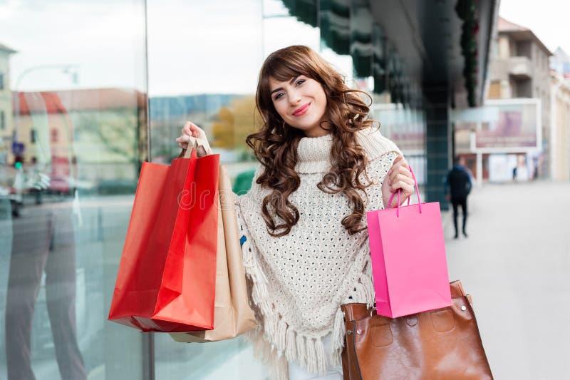 Frohe Frau mit Einkaufstaschen lizenzfreies stockbild