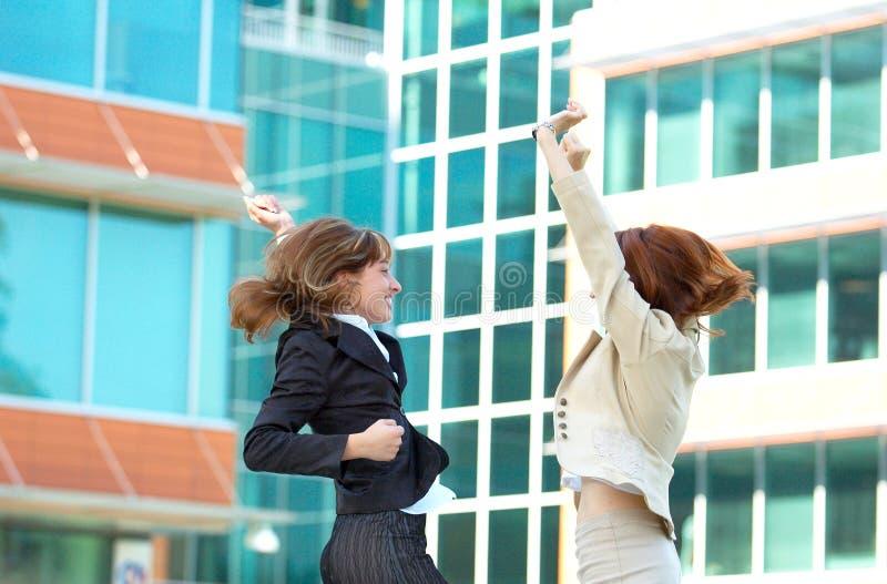 Frohe Geschäftsfrauen lizenzfreies stockfoto