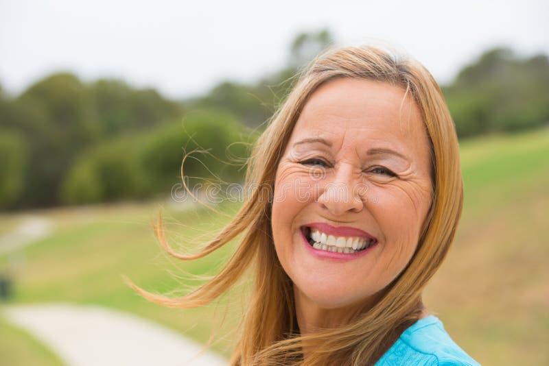 Frohe glückliche ältere Frau im Freien stockfotos