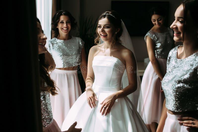 Frohe Hochzeitsvorbereitung der schönen Braut stockfoto