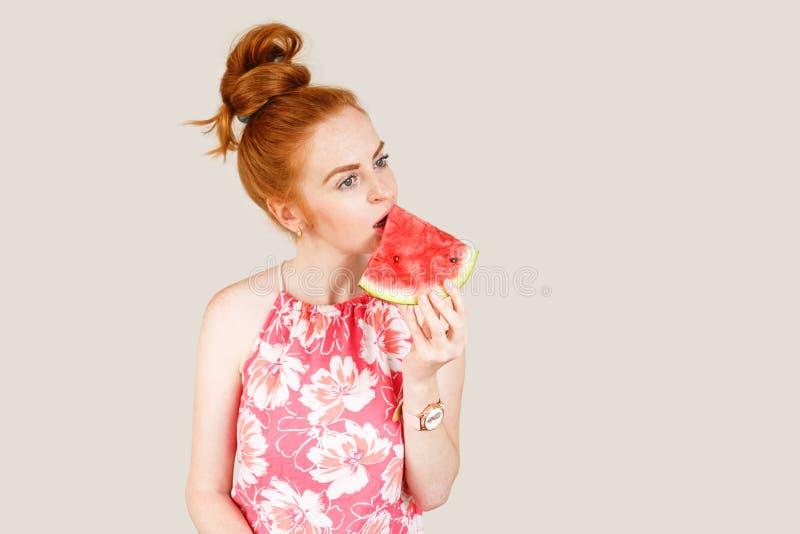 Frohe Holdingscheibe der jungen Frau der Wassermelone lizenzfreie stockfotos