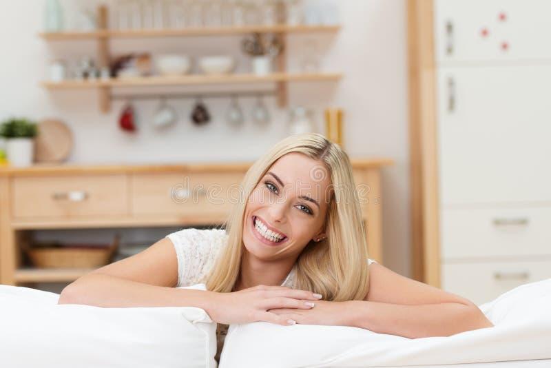 Frohe junge blonde Frau lizenzfreies stockfoto