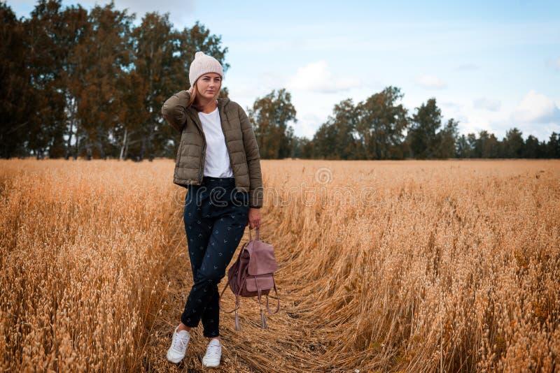 Frohe junge Frau des Porträts lizenzfreies stockfoto