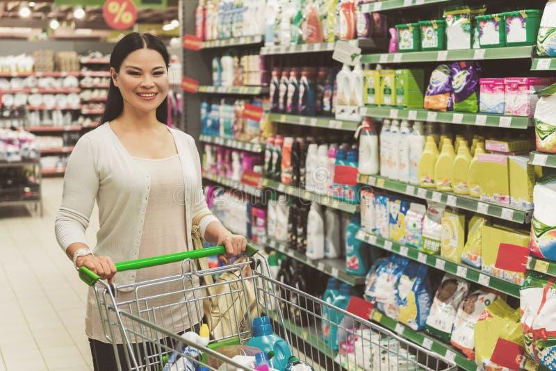 Frohe lächelnde Frau, die das Einkaufen tut lizenzfreie stockfotografie