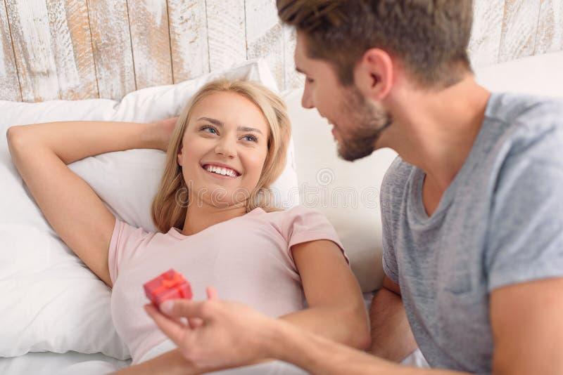 Frohe liebevolle Paare, die im Schlafzimmer feiern stockfoto