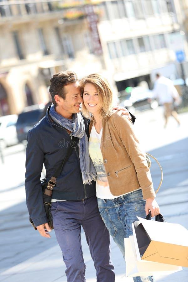 Frohe stilvolle Paare in der Stadt an einem Einkaufstag lizenzfreie stockfotos