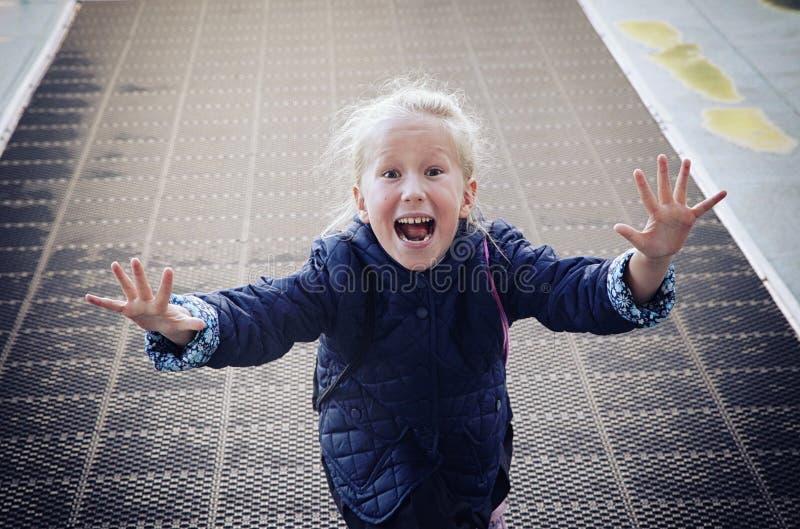 Frohe und enthusiastische Mädchenkinderläufe in Richtung zu lizenzfreies stockbild