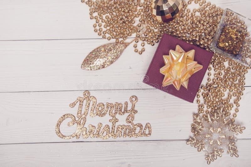 Frohe Weihnacht-rote goldene Feiertags-Tannen-Baum-Toy Decor Star Ball Gift-Magie-Zusammensetzung lizenzfreies stockfoto