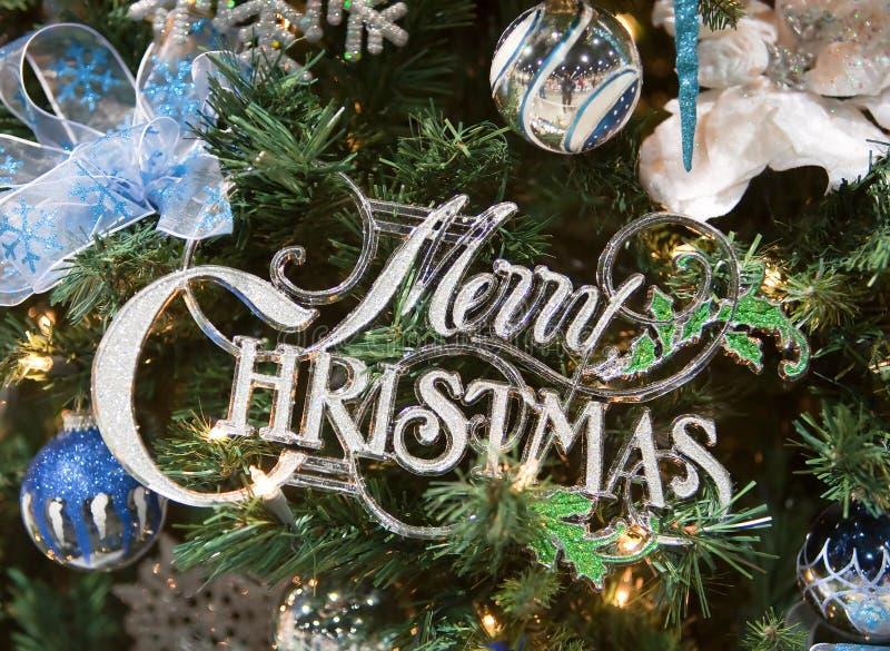 Frohe Weihnacht-Zeichen-Baum-Verzierung lizenzfreie stockfotografie