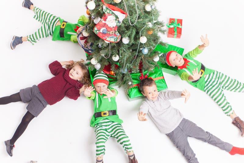 Frohe Weihnachten 2016 glückliche feiernde Kinder stockfotos