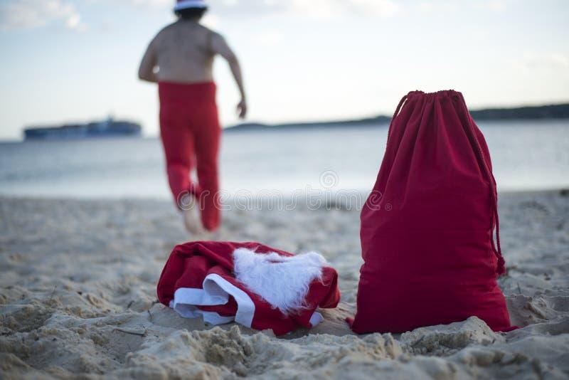 Frohe Weihnachten im Sommer vom tropischen Klima lizenzfreie stockbilder