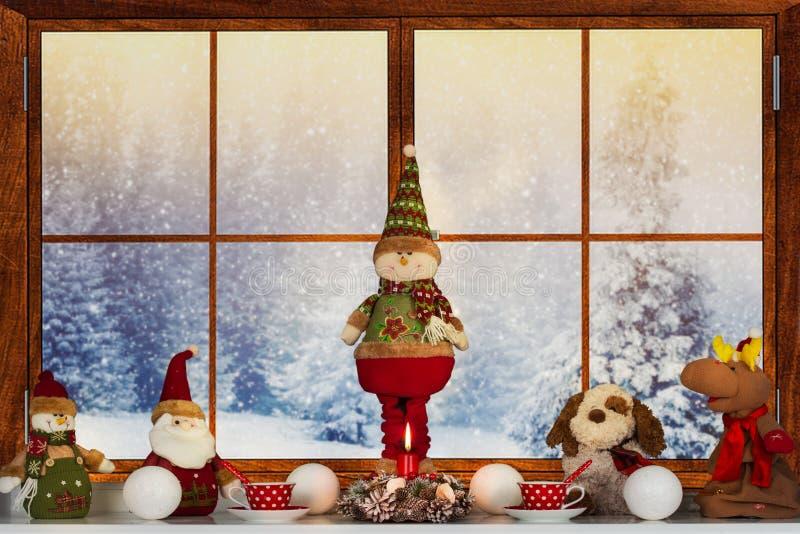 Frohe Weihnachten und frohe Feiertage! Ein schönes verziert für Weihnachtsfenster Winterwald vom Fenster des Hauses lizenzfreie stockfotografie