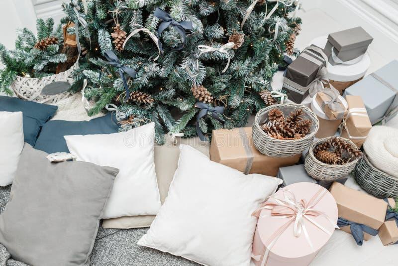 Frohe Weihnachten und frohe Feiertage Ein schönes Wohnzimmer verziert für Weihnachten Weihnachtsbaum mit hölzernem rustikalem stockfotos