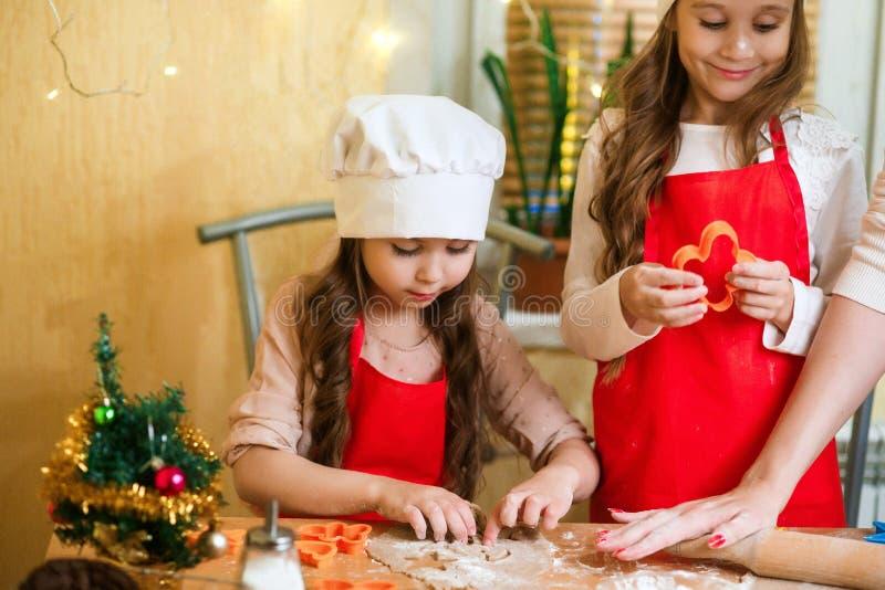 Frohe Weihnachten und frohe Feiertage Familienvorbereitungs-Feiertagslebensmittel Mutter und Töchter, die Weihnachtsplätzchen koc stockfoto