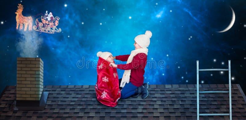 Frohe Weihnachten und frohe Feiertage! Junge öffnen eine Tasche von Geschenken von Sankt aber von Entdeckungen im Sack seines Bru stockbild